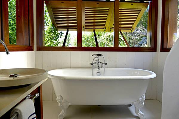 manapany-Junior Suite Bathroom.jpg