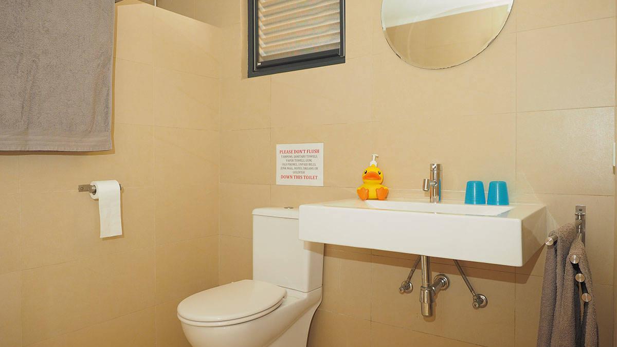 DeLuxe_bathroom_web.jpg