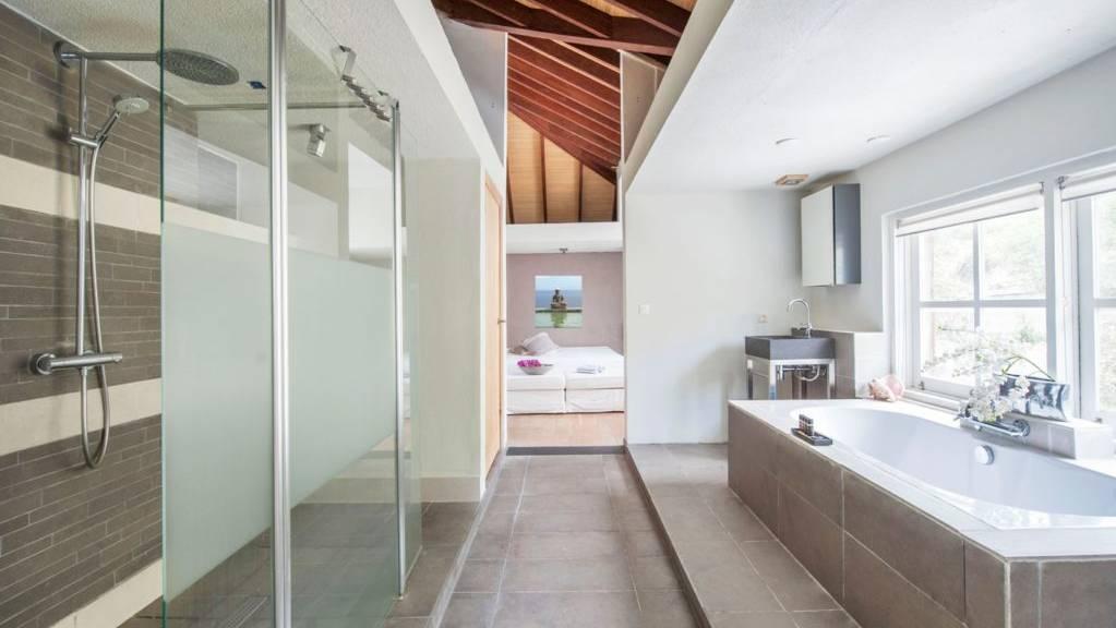 Villa-L-Oasis-Master-Bathroom-1024x681.jpeg